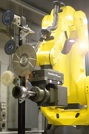 Robotické pracoviště s brusnou hlavou